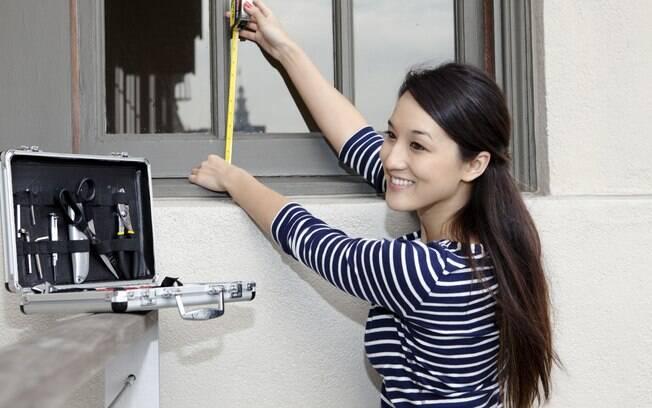 Analise todos os cantos da casa, inclusive portas e janelas. Se preciso, leve suas próprias ferramentas