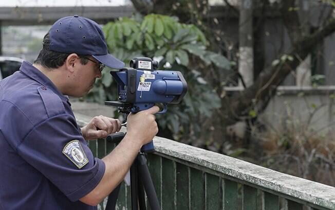 Radares móveis fiscalizam a velocidade de motoristas nas marginais Tietê e Pinheiros