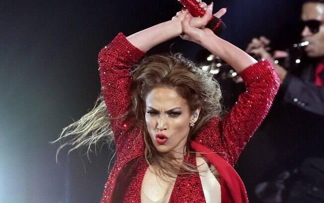 Jennifer Lopez, que tem pele bronzeada, combina com tons de vermelho