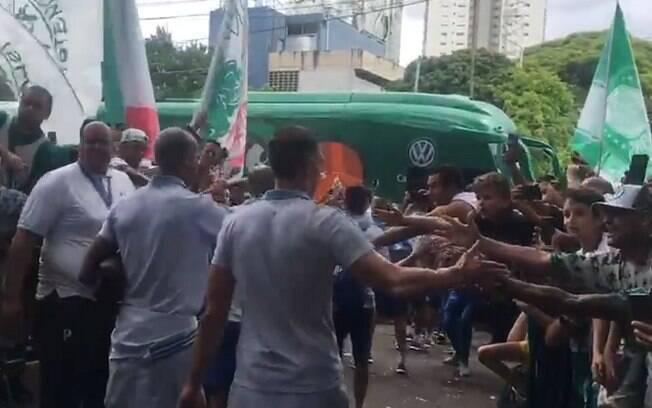 Jogadores do Palmeiras passam no meio de corredor feito pela torcida antes de embarcar para o jogo que pode ser do título