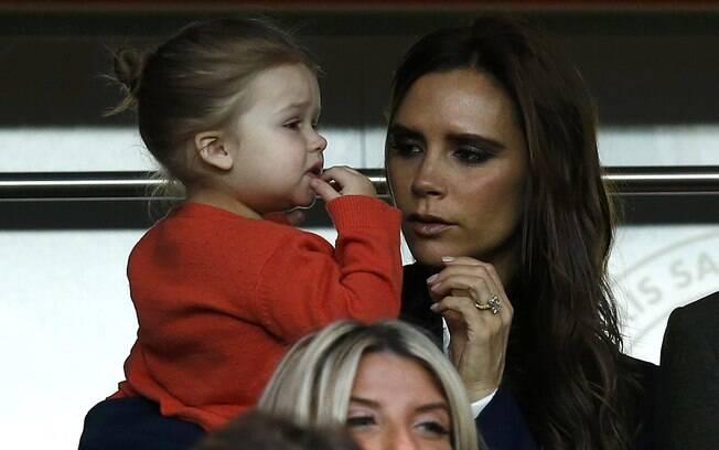 Victoria Beckham ficou com a pequena Harper  no colo durante a partida de despedida em Paris