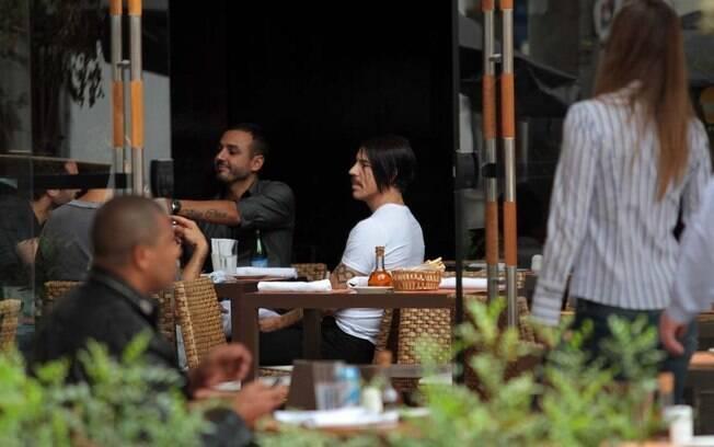 Depois de caminhar, Anthony Kiedis parou para almoçar no restaurante italiano Brown Sugar, ao lado de Roger Rodrigues