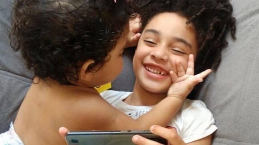 Laura e a irmã Bárbara brincando: as duas não se desgrudam mais