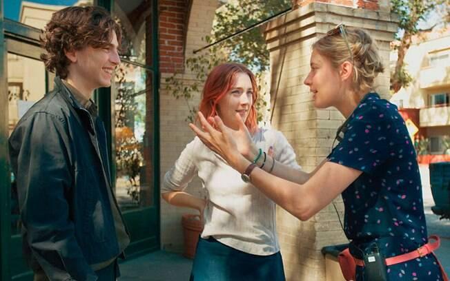 Greta Gerwig orienta Saoirse Ronan e Timothée Chalamet durante as gravações de Lady Bird