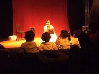 Crianças na plateia do espetáculo
