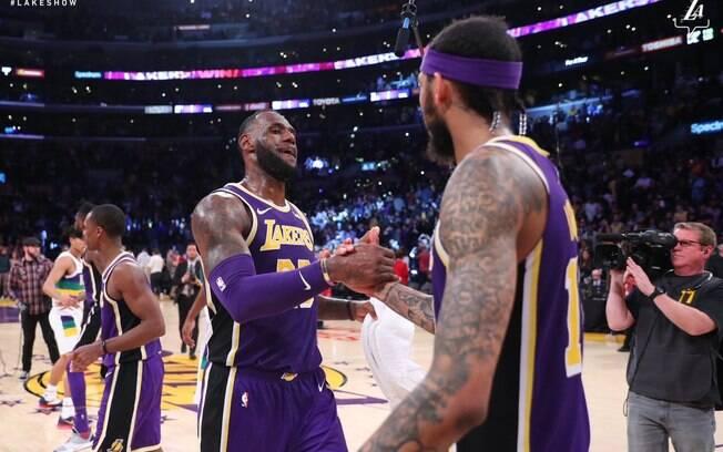 LeBron comemora vitória dos Lakers sobre os Pelicans na rodada da NBA desta quarta-feira