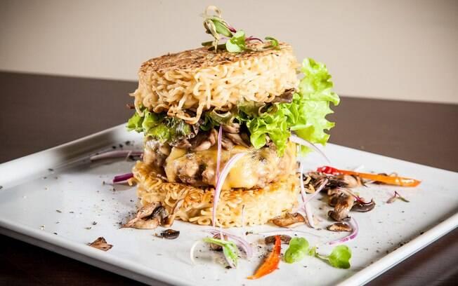 Substitua o pão por miojo e tenha um hambúrguer completamente diferente; clique aqui e veja a receita completa