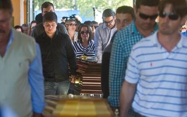 Enterro das vítimas do incêndio na boate Kiss, em Santa Maria (RS), no Cemitério Municipal