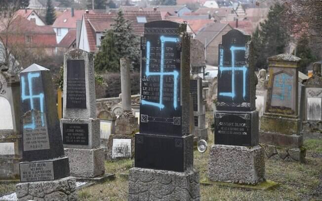 O Ministério Público informou que abriu uma investigação para localizar quem desenhou suásticas nos túmulos