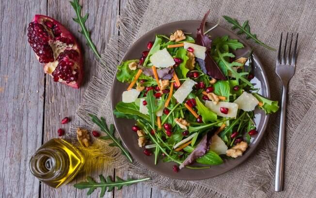 Queijo também é bem-vindo nas saladas, mas deve entrar em lascas e nunca ralado muito fino
