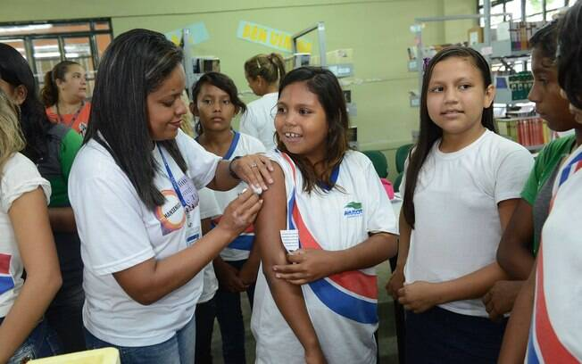 Eventos adversos foram ou estão sendo investigados, e qualquer relação causal com a vacina foi descartada