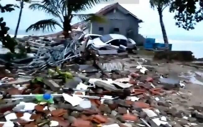 Tsunami atingiu a Indonésia e deixou mais de 160 mortos