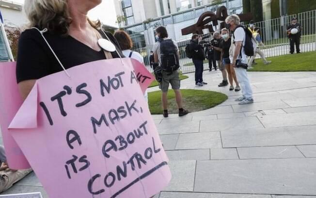 'Não é sobre a máscara, é sobre controle', diz cartaz de manifestante na Alemanha no último dia 1, em que pessoas se reuniram para protestar contra medidas regulatórias.
