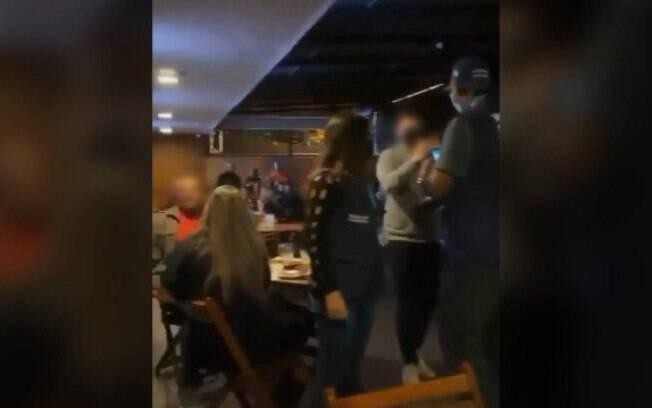 Intimidação aconteceu em bar localizado na Barra da Tijuca, no Rio de Janeiro