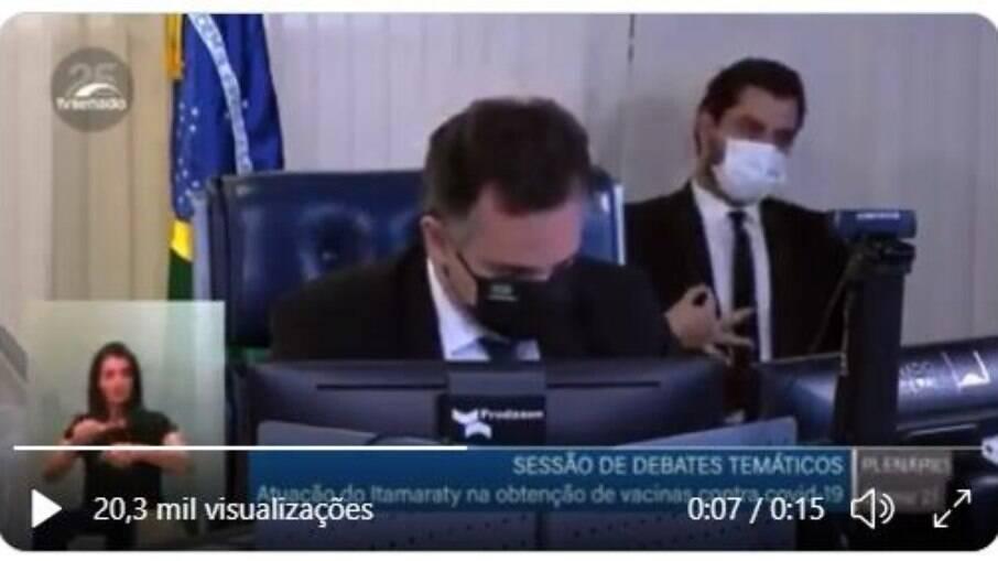 Filipe Martins faz sinal com a mão enquanto presidente do Senado discursa