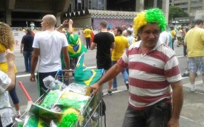 Ambulantes aproveitam movimento para vender artigos verde amarelos. Foto: Ana Flávia Oliveira/iG São Paulo