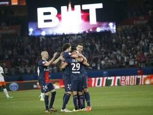Lucas é abraçado por companheiros após deixar a sua marca em goleada do PSG