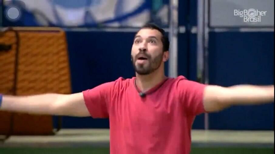 Após briga com Arthur, Gilberto grita na área externa do BBB 21 e diz que quer sair da casa