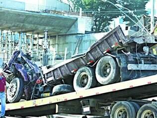 Desabamento. Caminhão que estava preso debaixo de viaduto que caiu, na avenida Pedro I, foi retirado