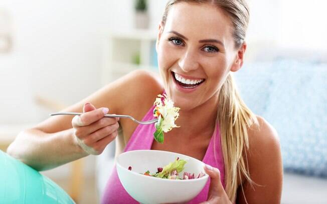 comendo salada