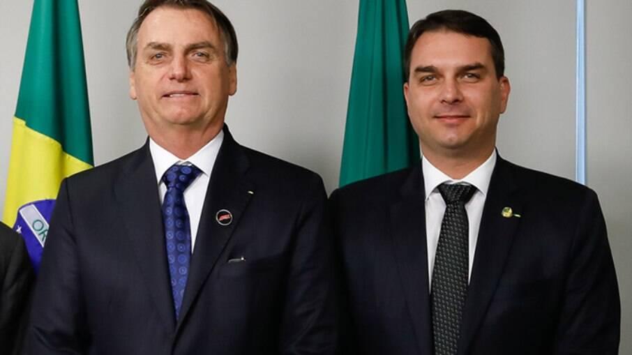Jair e Flávio Bolsonaro, seu filho mais velho, investigado pelo Ministério Público do Rio de Janeiro