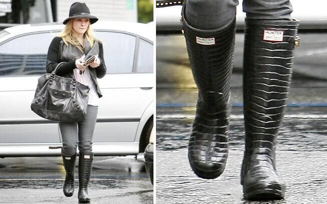 a60eade0ec9 Hilary Duff montou um look interessante com a bota de borracha com textura  de crocodilo.