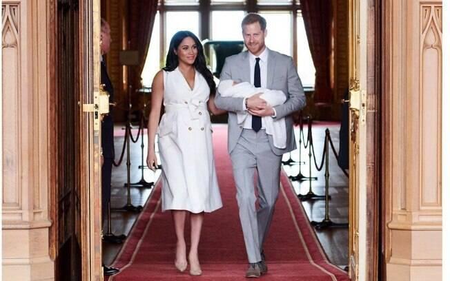 Príncipe Harry e Meghan Markle apresentam o filho ao mundo