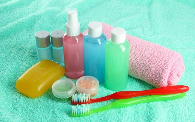 Kit viagem inclui vidrinhos para xampu, condicionador e creme e também itens de higiene bucal