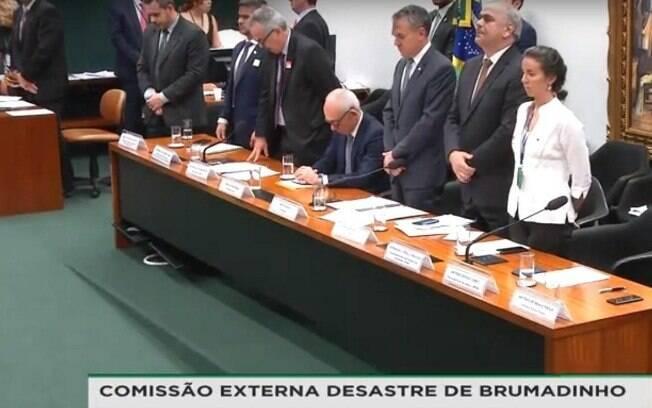 Todos os participantes da mesa – menos o presidente da Vale – ficaram de pé durante a homenagem às vítimas