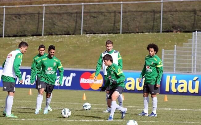 Jogadores participam do treino da seleção  brasileira em Genebra, nesta sexta