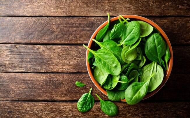 Além de conter vitamina A, o espinafre é bem rico em vitamina K