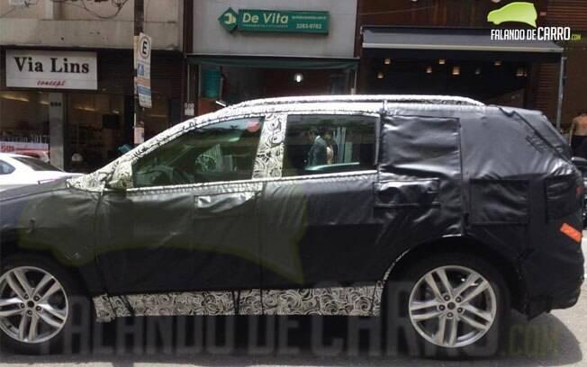 Flagra do Chevrolet Equinox rodando em testes em São Paulo. Utilitário virá do México para aposentar o Captiva, com preços acima dos R$ 100 mil.