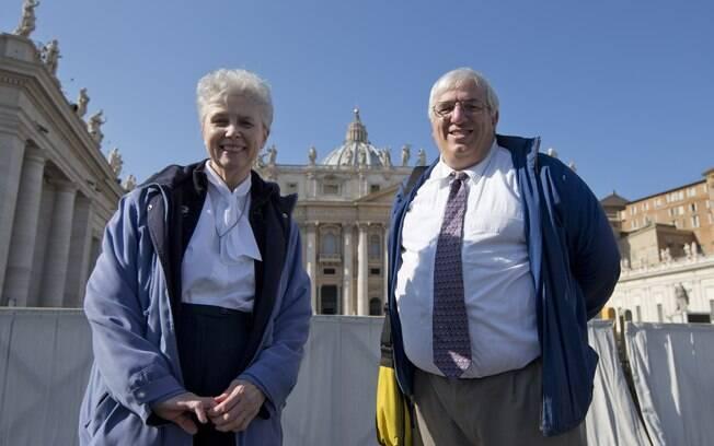 Freira Jeannine Gramick (esq.) e Francis DeBernardo, diretor executivo do grupo New Ways Ministry, que defende os direitos dos LGBTs católicos