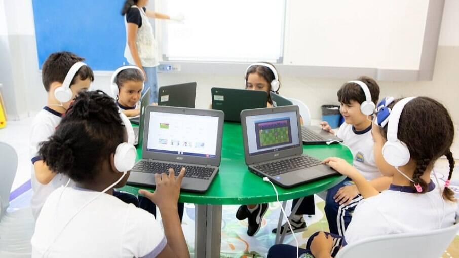 Alunos usando Chromebooks em sala de aula