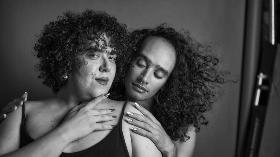 Magô Tonhon e Rapha da Cruz são as primeiras maquiadoras trans a assinar a beleza de um desfile na casa dos criadores