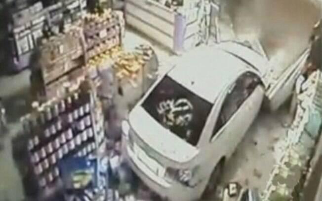 Bandidos usam carro para invadir lojas