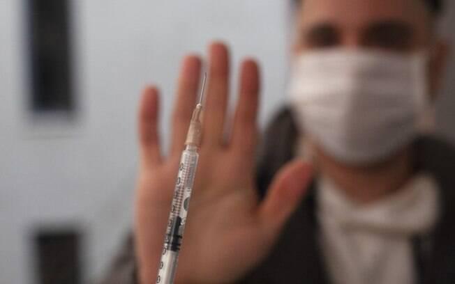 Covid-19: como pode ser o futuro de quem decidir rejeitar a vacina?