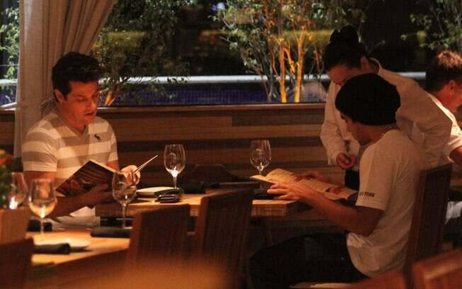 Marcelo Serrado e Caio Castro jantam em restaurante de shopping