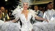 Claudia Raia arrasa com fantasia com 100 mil cristais