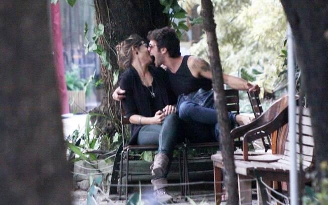 O casal parecia se divertir no banco de uma praça do bairro