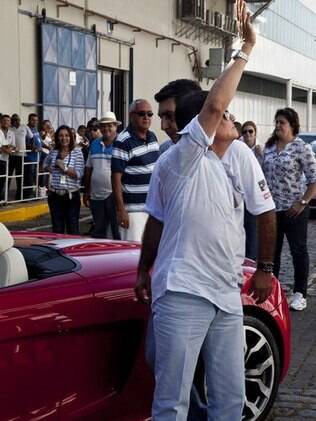 Ao descer do carro, Roberto Carlos acenou para os fãs que o gritavam das janelas do navio