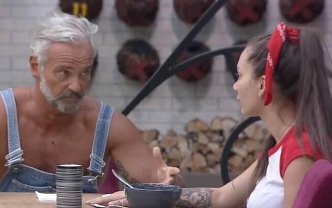 Carrieri e Bays conversam depois de briga