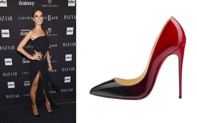 Versão sexy com Pigalle Follies - sapato de couro envernizado em degradé de preto e vermelho e salto 12cm (R$ 3.190)