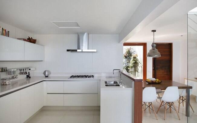 Casa de praia aberta para o mar encanta com decora o for Piso cocinas minimalistas