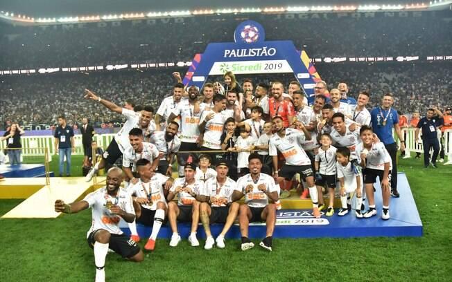 Jogadores do Corinthians com a taça do Campeonato Paulista 2019