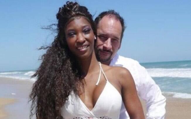 Christy e Frank se conheceram em um site de relacionamento que o homem paga pelo encontro e acabaram se casando