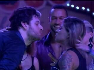 Cássio e Vanessa selam a paz com selinho