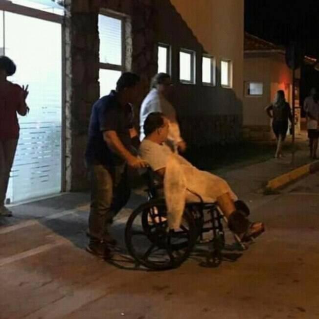 Tony Ramos recebeu alta e saiu do hospital de cadeira de rodas