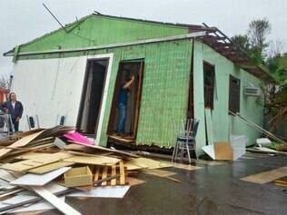 Vento destrói casas e ginásio inteiro