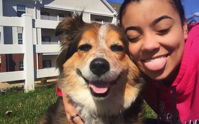 Pets imitam a pose dos donos e as fotos ficam bem engraçadas